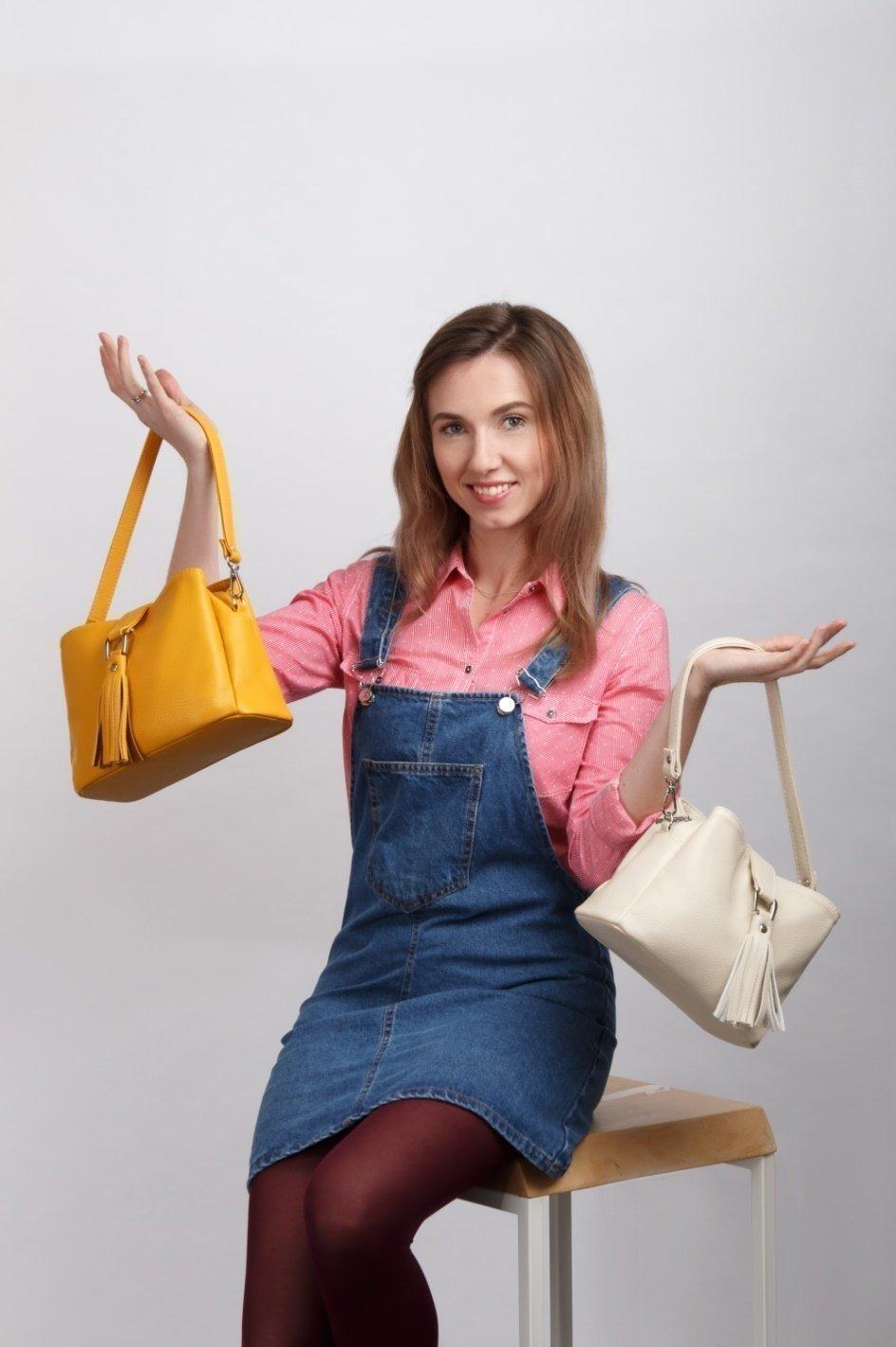 Компактная сумочка с трендовым декором в виде кисточки артикул 1004 - фотография
