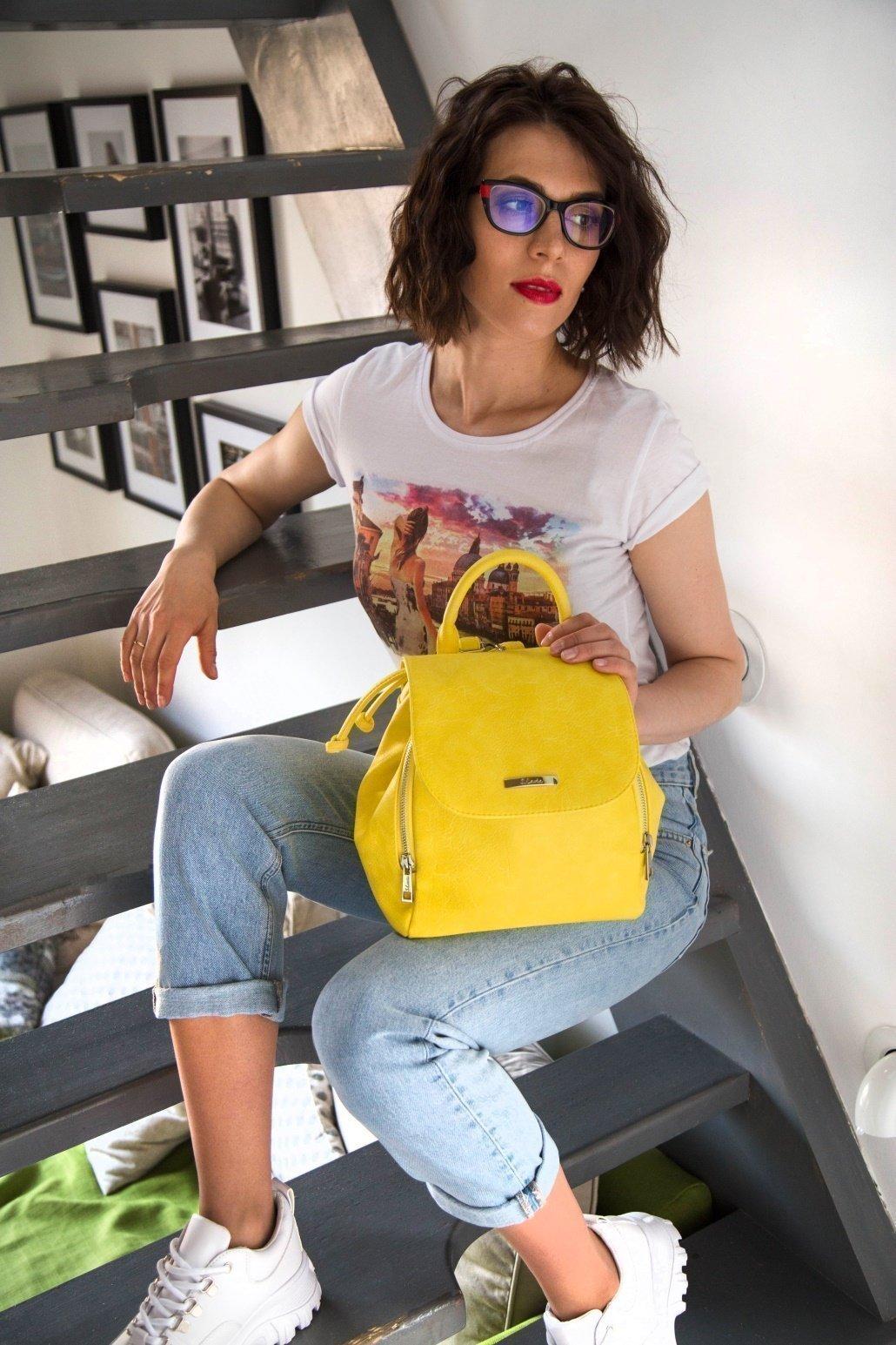 Желтый рюкзак на лето - фотография