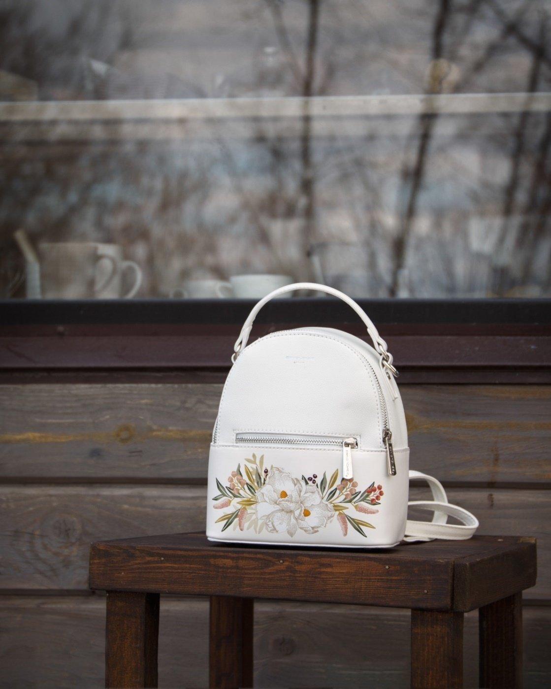 Белый рюкзак с цветами - фотография