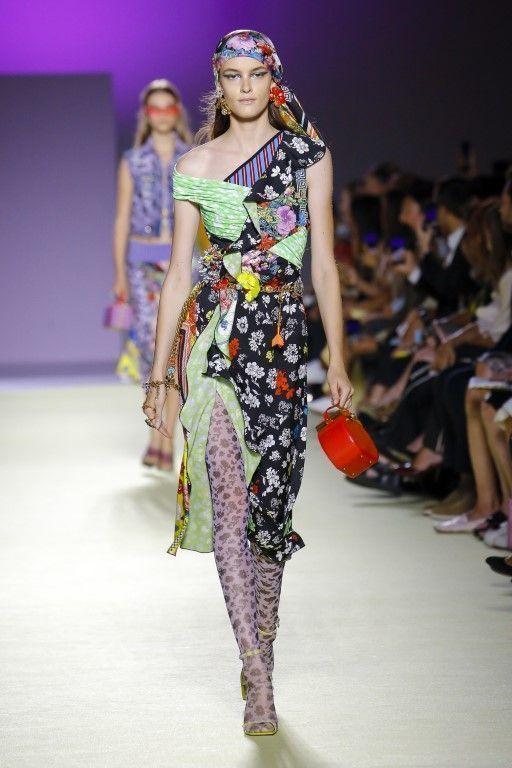 Показ модели сумки от Versace - фотография