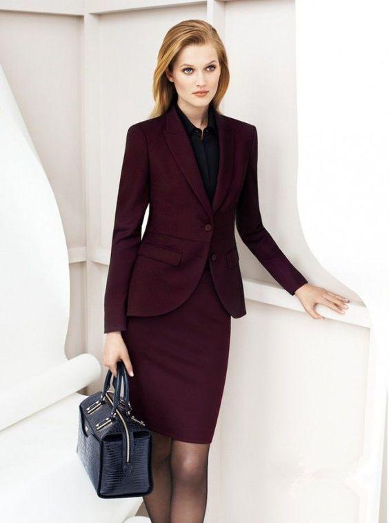 Женщина с деловой сумкой - фотография